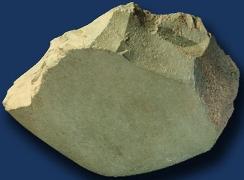 یک نمونه از «ساطور- سنگ مادر» (سنگ آذرین) از دورهی پارینهسنگی قدیم که در منطقهی گنج پر (رستمآباد گیلان) کشف شده است.