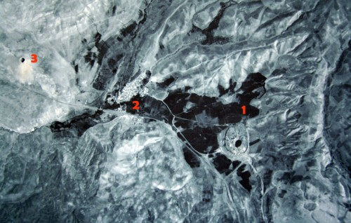 عکس هوایی از تخت سلیمان. 1: تخت سلیمان، 2: روستای احمدآباد (تخت سلیمان)، 3: کوه زندان سلیمان