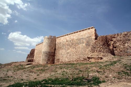 بخشی از دیوار و حصار و بارو که سالم مانده است.
