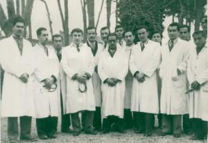دانشگاه تهران، پشت سر دکتر محمد قریب (نفر چهارم از راست)