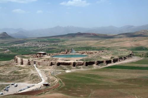 نمایی زیبا از مجموعهی تخت سلیمان. برای گرفتن این عکس لازم است حدود 40 دقیقه از کوه بالا بروید! عکس از مهندس جمال روشن (عضو گروه ایران- ایرانیها)