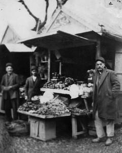 نخستین دکان میوهفروشی و گلفروشی رشت متعلق به اللهوردی وطنآبادی، دورهی پهلوی اول