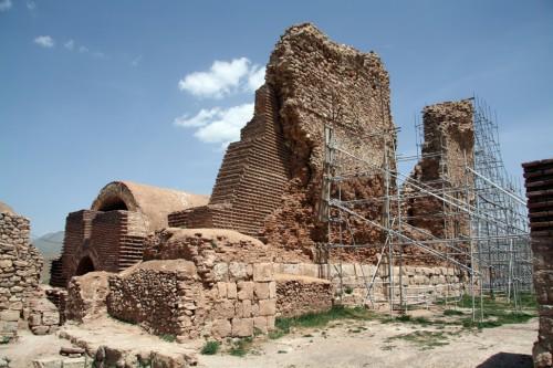 ایوان غربی (ایوان خسرو)؛ ارتفاع دیوار که اکنون تنها با قوت داربستها سرپا مانده است، نشان از عظمت ساختمان در هنگام شکوفایی خود دارد.
