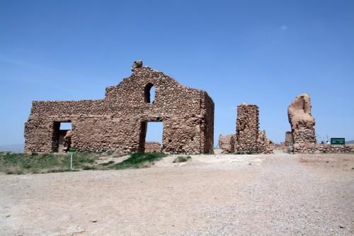 بقایای ساختمانهای دورهی ایلخانی.