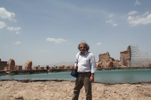 نویسنده در کنار دریاچهی تخت سلیمان.