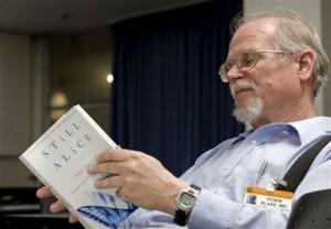 دکتر بلیک در حال خواندن رمانی در مورد یک زن مبتلا به آلزایمر