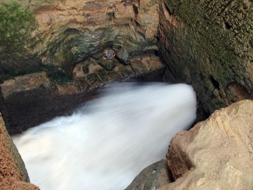 در این تصویر فشار آبی را که از یکی از تونلها خارج میشود و پرههای آسیاب را میچرخاند مشاهده میکنید.