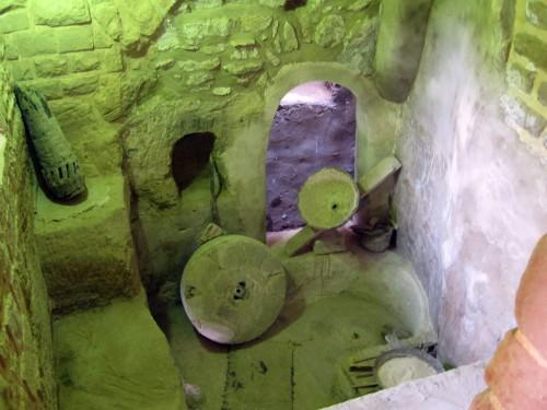 یک آسیاب که بهمنظور آشنایی بازدیدکنندگان با نحوهی کار آسیاب ساخته شده و فضای آسیاب که مورد مرمت قرار گرفته تا حس و فضای آسیابهای قدیمی را برای بازدیدکنندگان ایجاد کند (عکس از: سارا شفیعخانی).