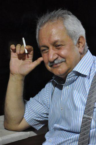 سیگاری نبود. این عکس ناغافل هم هنرِ مهراب جوزی است در یکی از لحظههای سرخوشی که نمیدانم چه کسی به دستش سیگار داده بود!