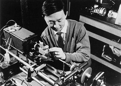 کائو در حال انجام نخستین آزمایشهای خود بر فیبرهای نوری در آزمایشگاه استاندارد تلهکامیونیکیشن انگلیس، دههی 1960