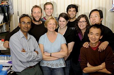 ونکاترامن راماکریشنان، متولد 1952، هند (شهروند انگلیس) سمت چپ در کنار همکارانش، روز اعلام جایزهی نوبل 2009
