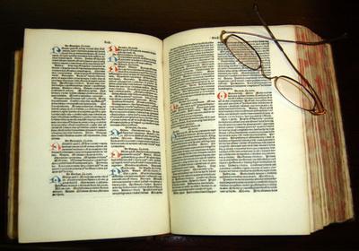 نسخهای از کتاب قانون ابنسینا به زبان لاتین، چاپ ۱۴۸۴ میلادی در مخزن کتب نفیس کتابخانهی مرکز علوم درمانی دانشگاه تگزاس در سنآنتونیو